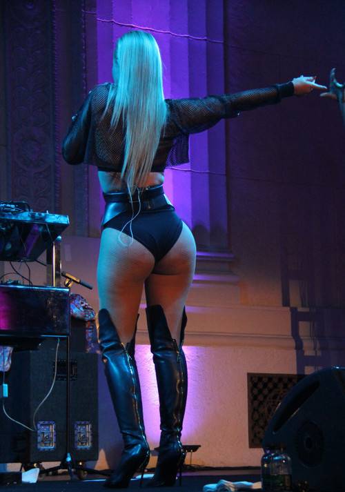 Iggy Azalea shows off curvy sexy body, performing at Pre-Grammy concert with T.I.